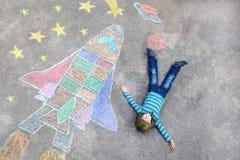 El vuelo del muchacho del niño por un transbordador espacial marca la imagen con tiza Imagen de archivo