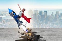 El vuelo del niño del super héroe en el cohete Imagenes de archivo