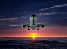 El vuelo nocturno Aeroplano sobre el mar fotografía de archivo