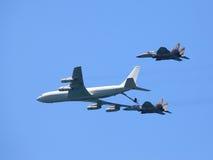 El vuelo reaprovisiona de combustible Imagen de archivo