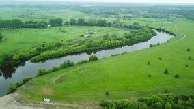 El vuelo sobre el río de Seim, Ucrania rodeó por los árboles - el grabar aéreo almacen de metraje de vídeo