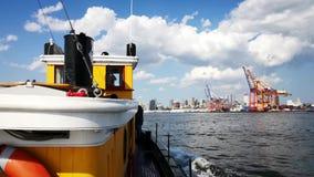El W O remolcador del apilador que apresura a través del puerto de Nueva York almacen de video