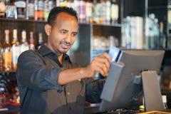 El waitre en la caja registradora Fotografía de archivo libre de regalías