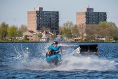 El Wakeboarder está haciendo su truco en la pista de Wakeboard Fotografía de archivo libre de regalías