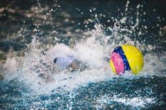 El water polo es un deporte acuático del equipo fotos de archivo