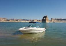 El Watercraft amarró en una playa en el desierto Imagenes de archivo