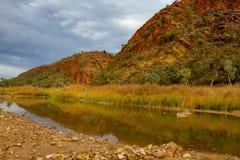 El waterhole pasado en Glenn Helen Gorge Imagen de archivo libre de regalías