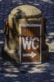 El WC firma adentro la ciudad fotografía de archivo