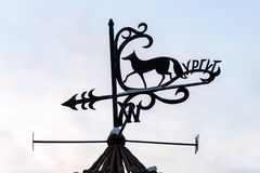 El Weathervane con una figura de un Fox es un símbolo de Surgut y de la inscripción fotos de archivo libres de regalías