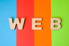 El WEB de la palabra integrado por las letras 3D está en el fondo de 4 colores: azul, rojo, naranja y verde Cortocircuito para el imágenes de archivo libres de regalías
