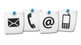 El web nos entra en contacto con los iconos en post-it Imágenes de archivo libres de regalías