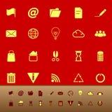 El web y Internet colorean iconos en fondo rojo stock de ilustración