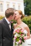 El Wedding - besándose en parque Foto de archivo libre de regalías