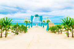 El Wedding en la playa Arco de la boda adornado con las flores Fotos de archivo