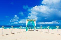 El Wedding en la playa Arco de la boda adornado con las flores en el tr Fotos de archivo