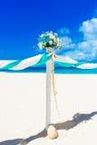 El Wedding en la playa Arco de la boda adornado con las flores en el tr Fotografía de archivo