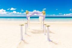 El Wedding en la playa Arco de la boda adornado con las flores en el tr Fotografía de archivo libre de regalías