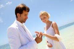 El Wedding en una playa arenosa blanca Fotos de archivo