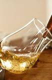 El whisky vertió en un vidrio Imagen de archivo