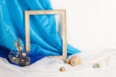 El whith del marco del vintage vende en el fondo blanco y azul Fotografía de archivo