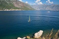 El Windsurfer cruza la bahía de Kotor imagenes de archivo