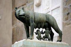 El she-wolf de Stautue amamanta Romulus y Remus. Fotografía de archivo