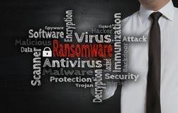 El wordcloud de Ransomware es escrito por el hombre de negocios en la pantalla Imagenes de archivo