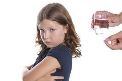 El wWon't del niño toma la píldora de la medicina Fotos de archivo