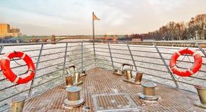 El yaht de la travesía navega en el río congelado que rompe el hielo Foto del invierno del color Foto de archivo libre de regalías