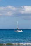 El yate blanco navega en el mar, línea de la costa imagen de archivo