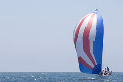 El yate compite en Team Sailing Event Foto de archivo libre de regalías