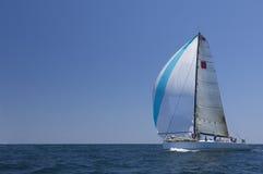 El yate compite en Team Sailing Event Imagenes de archivo