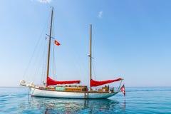 El yate de lujo está en el mar Mediterráneo de la costa de Montenegro, anclada en día soleado claro Fotografía de archivo libre de regalías