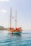 El yate de lujo está en el mar Mediterráneo de la costa de Montenegro, anclada en día soleado claro Imágenes de archivo libres de regalías