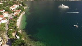 El yate en la bahía de Kotor, abejón de la fotografía aérea, Adriati metrajes