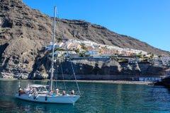El yate entra el puerto Los Gigantes Ciudad acogedora hermosa en las montañas Isla de Tenerife foto de archivo libre de regalías