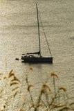 El yate está en el mar profundo Imágenes de archivo libres de regalías