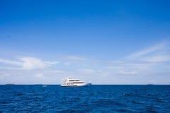 El yate está en un océano Imagen de archivo