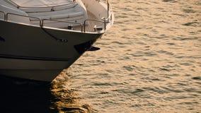 El yate está navegando en el mar en la hora de oro almacen de video