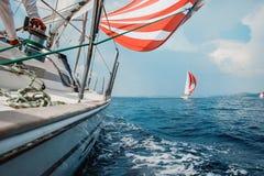 El yate lucha con un opositor en el mar Imagen de archivo