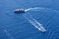 El yate navega en el agua azul hermosa cerca de la isla de Santorini, Imagenes de archivo