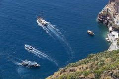 El yate navega en el agua azul hermosa cerca de la isla de Santorini, Fotos de archivo
