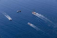 El yate navega en el agua azul hermosa cerca de la isla de Santorini, Imagen de archivo libre de regalías
