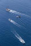 El yate navega en el agua azul hermosa cerca de la isla de Santorini, Foto de archivo