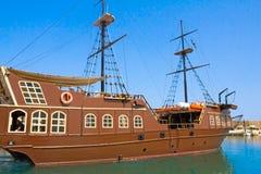 El yate para el mar dispara en puerto del centro turístico Fotos de archivo libres de regalías