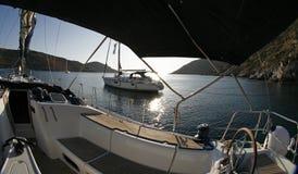 El yate que se coloca en el medio de bahía silenciosa encendido ve Fotos de archivo