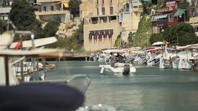 El yate se ancla al lado del área de la playa Estacionamiento español para los yates en una ciudad provincial Oporto Cristo Mallo almacen de video