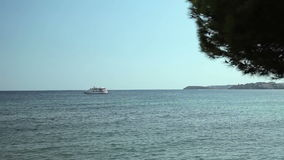 El yate se ancla al lado del área de la playa Playas españolas en Blanes del ` de la costa d Mallorca metrajes