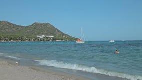 El yate se ancla al lado del área de la playa Playas españolas en Mallorca almacen de metraje de vídeo