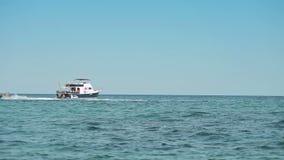 El yate se ancla al lado del área de la playa Playas españolas en Mallorca Hydrocycle almacen de video